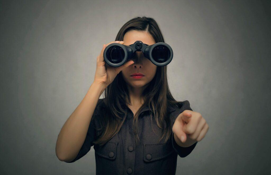 Une femme regardant dans des jumelles