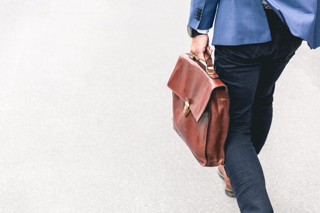 Un homme en costume tenant un sac