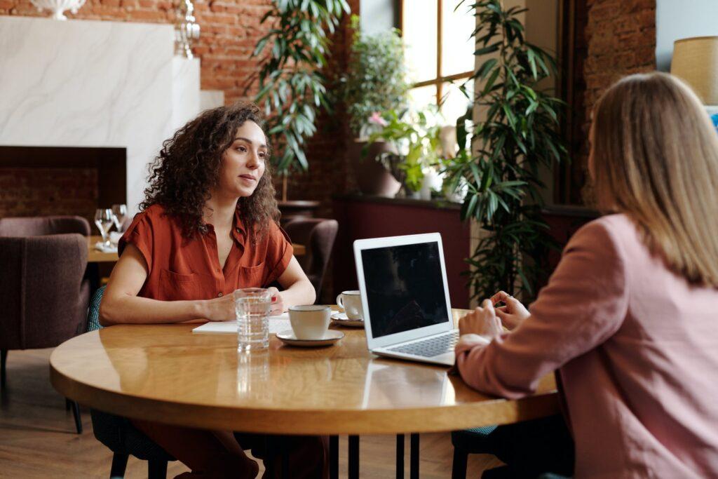 Deux femmes en entretien autour d'une table