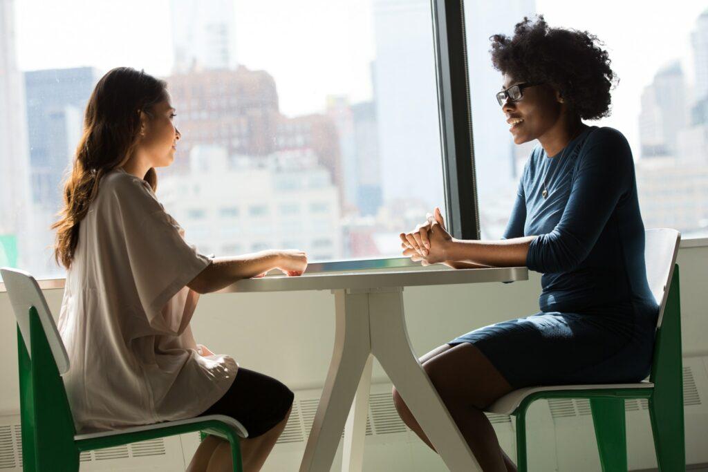 deux femmes souriantes discutant