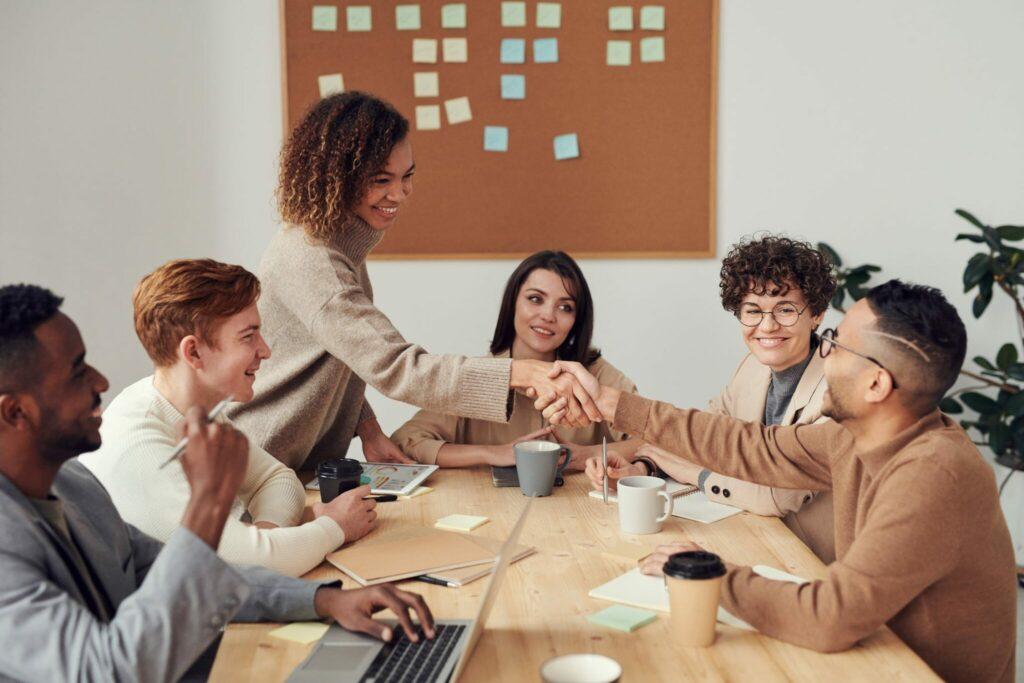 Employés souriants en réunion